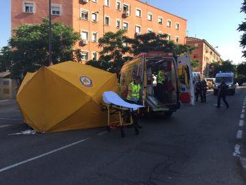 Momento en el que el SAMUR atiende a la mujer de 64 años atropellada en  Vallecas