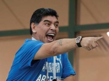 Maradona gesticula en la grada durante el Argentina - Croacia