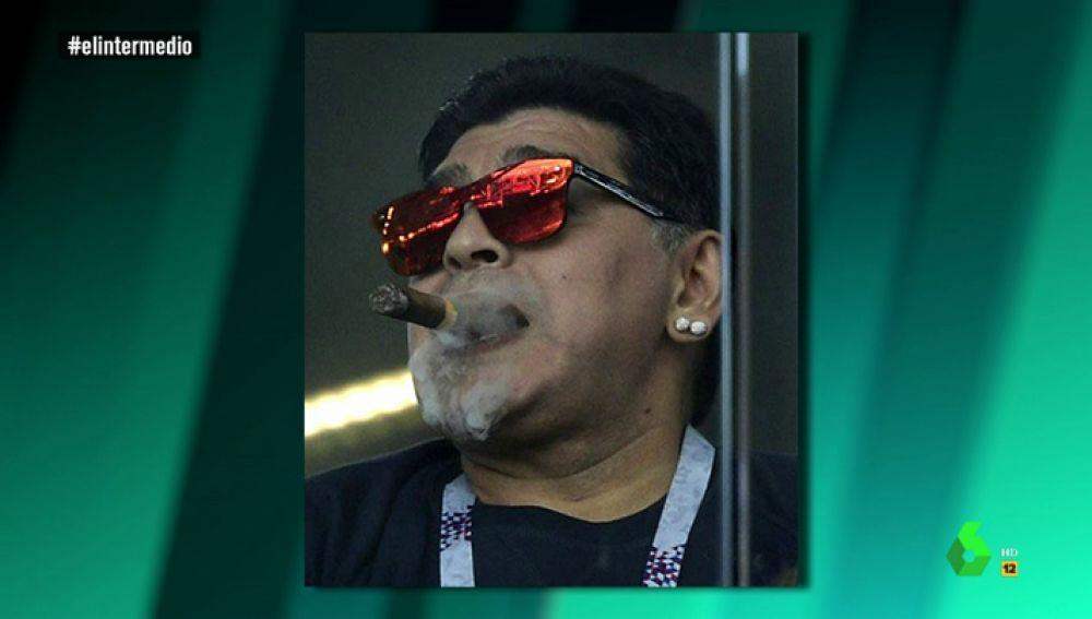 Maradona fumando en un estadio ruso