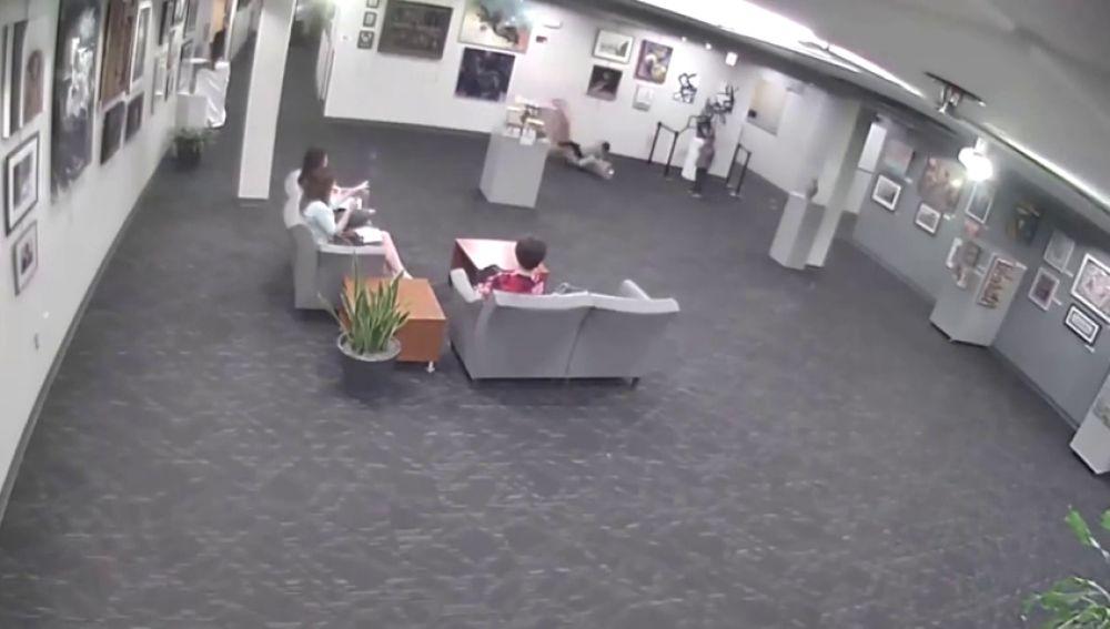 Un niño rompe una estatua en un museo