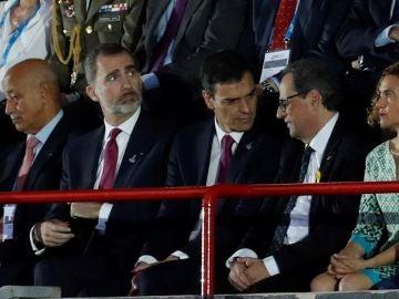El rey Felipe VI junto a Pedro Sánchez y Quim Torra durante la inauguración de los XVIII Juegos Mediterráneos