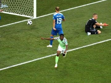 Musa celebra el primero de sus goles contra Islandia