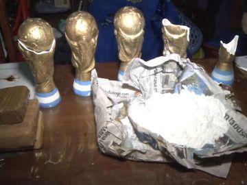 Imagen de los trofeos donde se encontraba la droga en Argentina