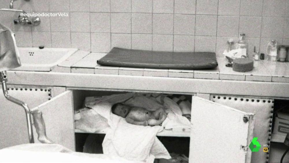 Un bebé muerto guardado en una nevera: el niño que el doctor Vela enseñaba a las madres para robarles a sus hijos