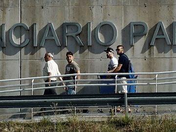 Los tres miembros de 'La Manada', José Ángel Prenda, Ángel Boza y Jesús Escudero abandonan la prisión de Pamplona