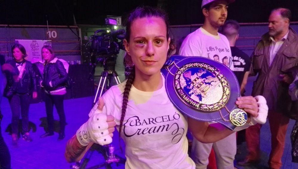 Joana Pastrana, con su cinturón de campeona del mundo