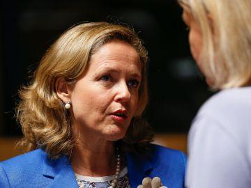 La ministra española de Economía conversa con la ministra sueca de Finanzas, Magdalena Andersson