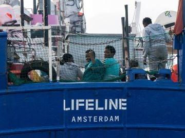 El barco de la ONG Lifeline que se encuentra a la deriva en el Mediterráneo recibirá suministros
