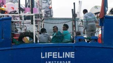 El barco de la ONG Lifeline se encuentra a la deriva en el Mediterráneo