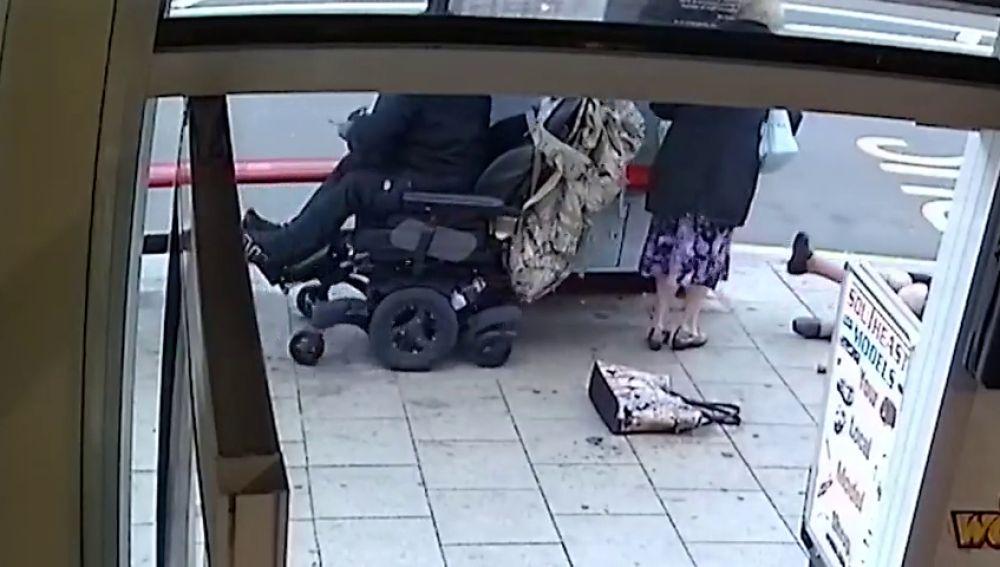 Un hombre en silla de ruedas atropella y tira al suelo a dos ancianas