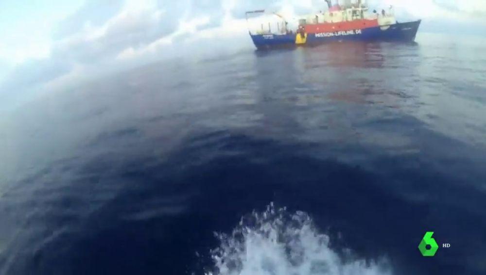 El barco de la ONG Lifeline, a la deriva en el Mediterráneo con 234 migrantes a bordo, se queda sin provisiones