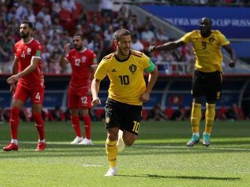 Hazard celebra uno de sus goles contra Túnez