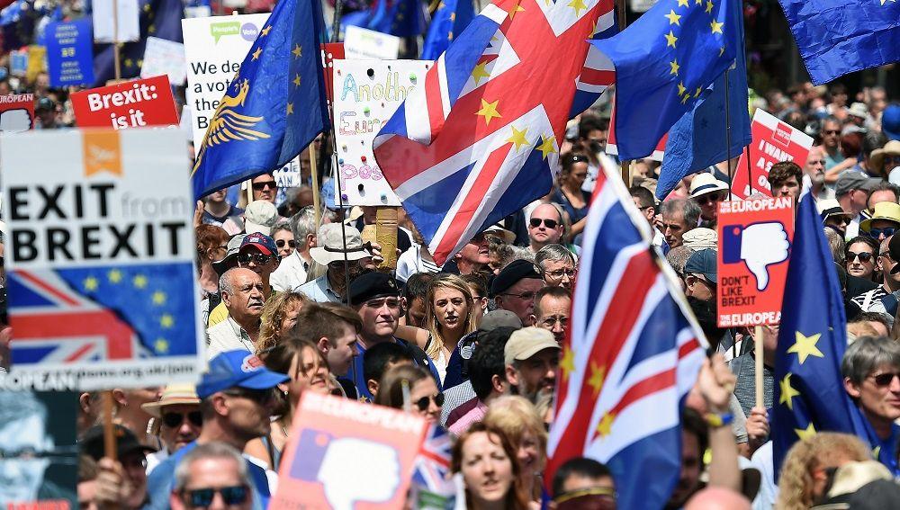 Miles de personas exigen en Londres votar sobre los términos del Brexit