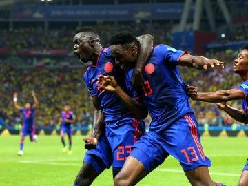 Los jugadores colombianos celebran el gol de Yerry Mina