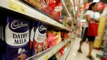 Imagen de varios productos de chocolate en la estantería de un supermercado