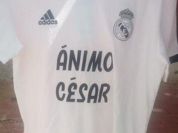 La camiseta de apoyo del Real Madrid a César Gelabert