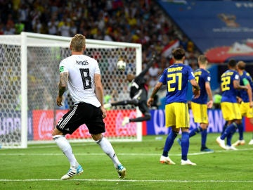 Toni Kroos marca un golazo que salva a Alemania contra Suecia