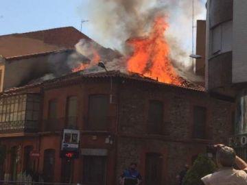 Una explosión derriba parte de un edificio en La Bañeza
