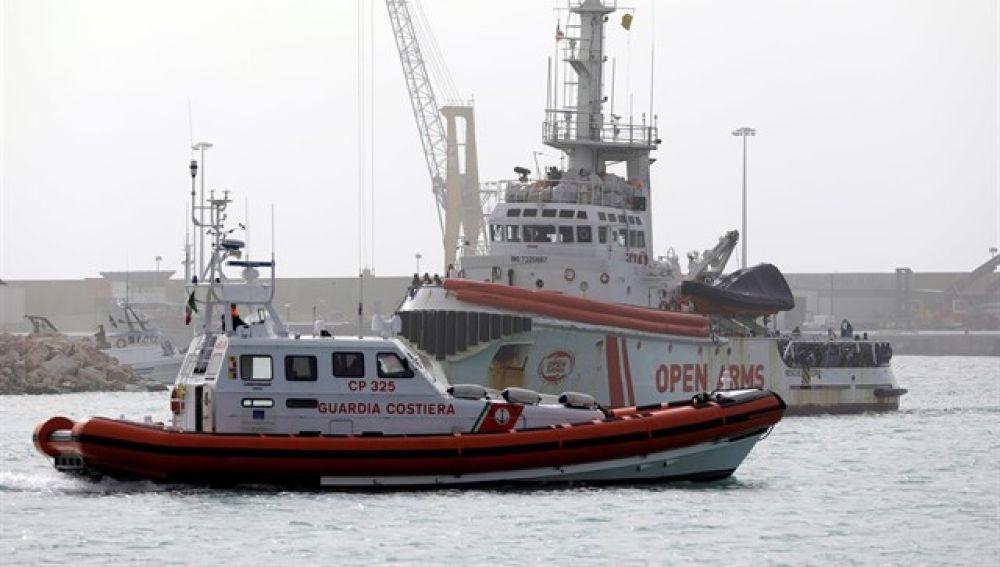Barco de la Guardia Costera y de Proactiva Open Arms
