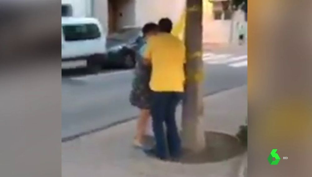 Violenta discusión en Palamós por la retirada de lazos amarillos