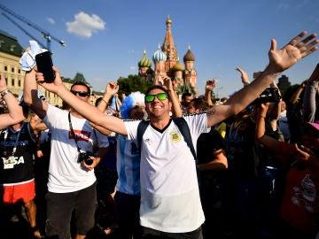 Un aficionado argentino sonríe en Moscú