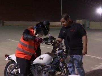 Una mujer conduciendo una moto en Arabia Saudí