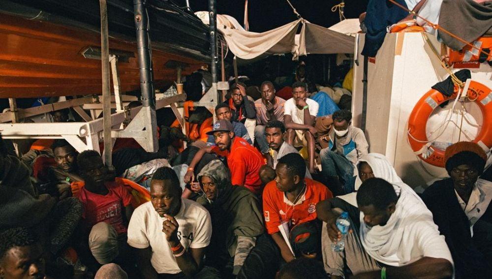 """Migrantes a bordo del buque """"Lifeline"""""""