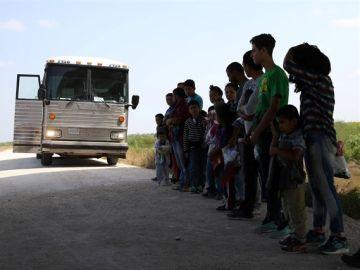 Miembros del gobierno de EEUU trabajando en la reunificación de los menores separados de sus familias en la frontera con México