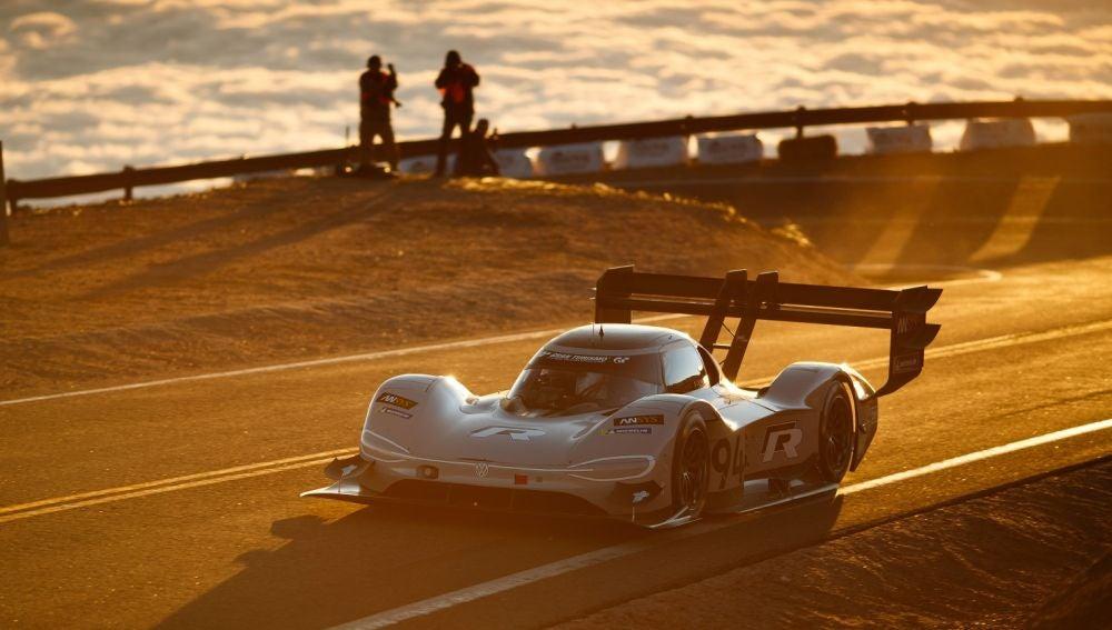 Volkswagen y Romain Dumas hacen historia y fulminan el récord de Loeb en Pikes Peak