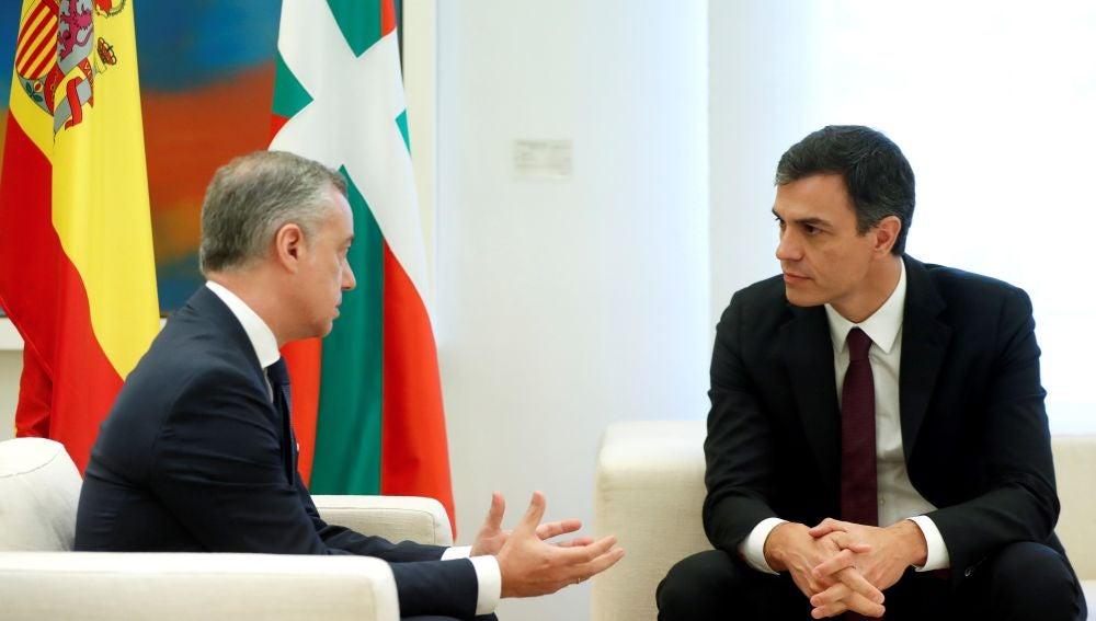 El presidente del Gobierno, Pedro Sánchez, con el lehendakari Íñigo Urkullu