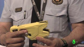 Un mosso con una pistola 'taser'