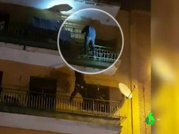 El hombre intentando arrojarse por el balcón