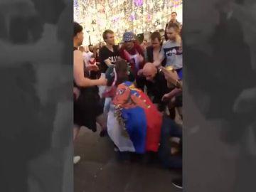 """Un mexicano detiene una pelea entre rusos al grito de """"¡trankilovsky!"""""""