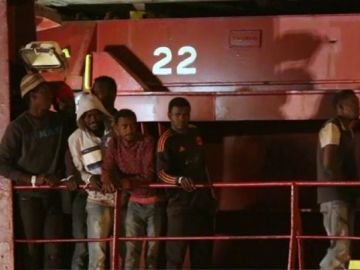 Migrantes abordo del 'Lifeline'