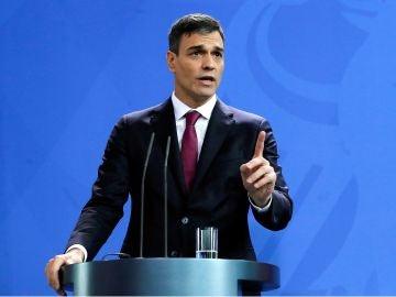 Pedro Sánchez habla en la rueda de prensa que ha ofrecido en Berlín junto a la canciller alemana, Angela Merkel.