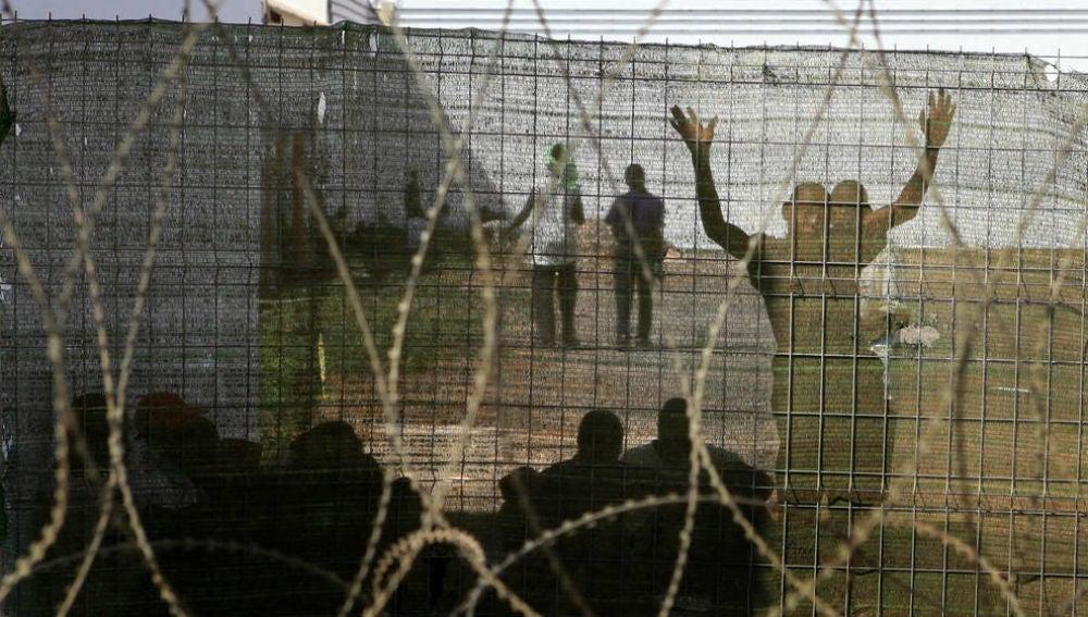 Imagen de los migrantes ubicados en el CIE El Matorral de Fuerteventura en 2006