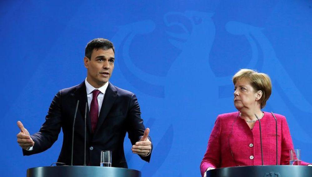 El jefe del Ejecutivo español, Pedro Sánchez, y la canciller alemana, Angela Merkel