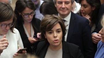 La candidata al liderar el PP, Soraya Sáenz de Santamaría, ofrece declaraciones a los medios de comunicación en el Congreso.
