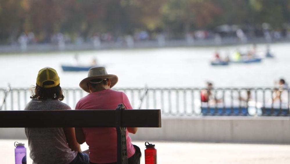 Una pareja en el parque de El Retiro