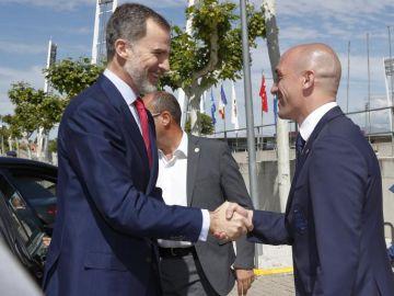 El Rey Felipe VI saluda a Rubiales