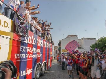 Los jugadores del Extremadura saludan a su afición tras lograr el ascenso