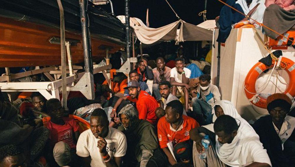 Varios inmigrantes descansan a bordo del buque 'Lifeline'