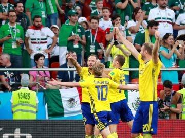 Andreas Granqvist celebra el 0-2 ante México