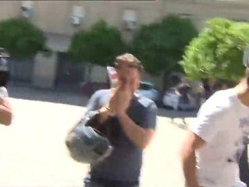 Los miembros de 'La Manada' se ríen tras la caída de un cámara