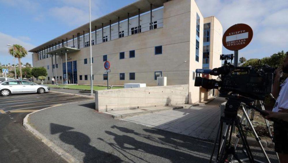 Varios medios de comunicación a las puertas del edificio de los juzgados de San Bartolomé de Tirajana