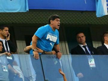 Maradona, en la grada durante el partido de Argentina
