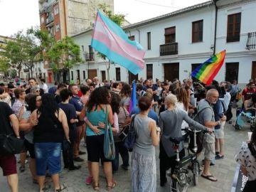 Imagen de la plaza de Patraix de Valencia donde decenas de personas se han reunido para apoyar a las dos mujeres agredidas por besarse en la calle