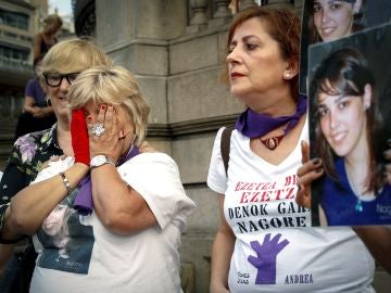 Imagen del homenaje a Nagore Laffage en la plaza del Castillo de Pamplona
