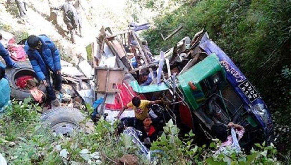 Al menos 20 muertos al caer un camión en Nepal