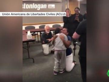 Ni los presentes pudieron evitar las lágrimas: abraza a su hija 55 días después de ser separadas en la frontera de EEUU